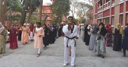আত্মরক্ষার প্রশিক্ষণে রাজশাহী কলেজের ছাত্রীরা
