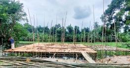 পুঠিয়ায় নারোদ নদের ওপর নির্মাণ হচ্ছে দোকান ঘর