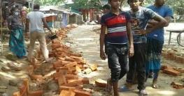 কাকনহাটে নিম্নমানের সামগ্রী দিয়ে সড়ক নির্মাণের অভিযোগ