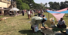 করোনা : বাঘায় দূরত্ব রক্ষায় স্কুল মাঠে কাঁচা বাজার স্থানান্তর