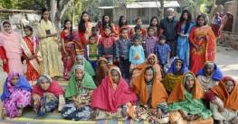 বাগমারায় বয়স্কদের পাশে বইকুরী কিশোরী ক্লাব