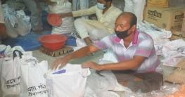 বাড়ি বাড়ি গিয়ে ত্রাণ দিল 'এসো গড়ি টিকাপাড়া' সংগঠন