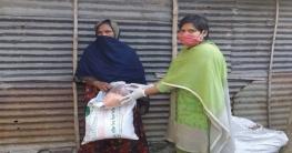চারঘাটে চাল নিয়ে হাজির ইউএনও, অবাক হলেন কর্মহীন দরিদ্ররা