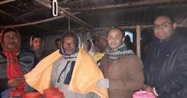 দুর্গাপুরে শীতার্তদের মাঝে কম্বল হাতে ইউএনও
