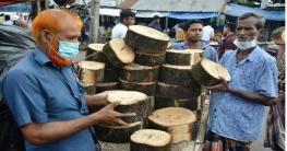 বাগমারায় বিশ টাকা কেজিতে বিক্রি হচ্ছে তেতুলের খাটুয়া