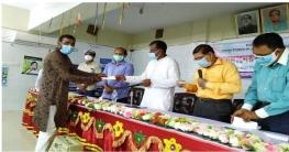 মোহনপুরে নন-এমপিও শিক্ষক-কর্মচারীরা পেল অনুদানের চেক