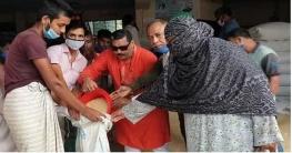 কেশরহাট পৌরসভায় স্বাস্থ্যবিধি মেনে ভিজিএফ চাল বিতরণ