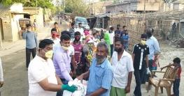 ত্রাণ বিতরণ অব্যাহত রেখেছেন গোদাগাড়ী উপজেলা চেয়ারম্যান
