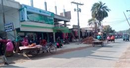 সড়কে নির্মাণ সামগ্রী : দূর্ঘটনায় প্রাণ হারাচ্ছে পথচারি